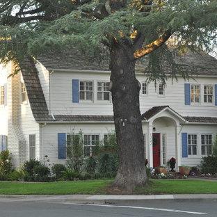 Exemple d'une façade en bois chic avec un toit de Gambrel.