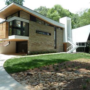 Immagine della facciata di una casa moderna con rivestimento in pietra
