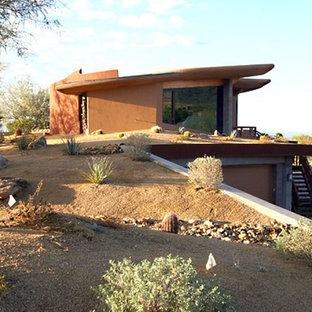 フェニックスの小さいコンテンポラリースタイルのおしゃれな家の外観 (漆喰サイディング、オレンジの外壁、緑化屋根) の写真