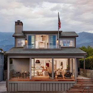 サンタバーバラのビーチスタイルのおしゃれな家の外観 (グレーの外壁、グレーの屋根、ウッドシングル張り) の写真