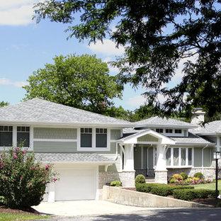 Идея дизайна: двухэтажный, зеленый дом среднего размера в стиле кантри с облицовкой из ЦСП и вальмовой крышей