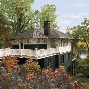 Diseño de fachada verde, de estilo americano, de tres plantas, con tejado a cuatro aguas y tejado de metal