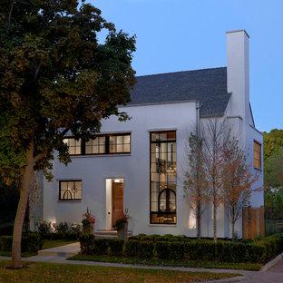 Diseño de fachada blanca, ecléctica, de tamaño medio, de dos plantas, con revestimiento de estuco