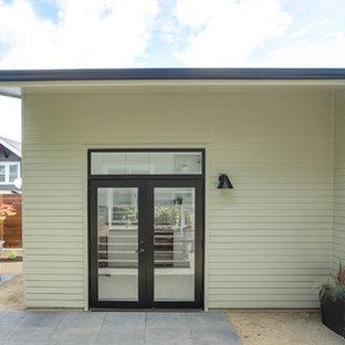 ポートランドの北欧スタイルのおしゃれな家の外観 (コンクリート繊維板サイディング、緑の外壁、片流れ屋根、アパート・マンション、板屋根) の写真