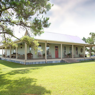 Diseño de fachada de casa verde, campestre, de tamaño medio, de una planta, con revestimiento de aglomerado de cemento, tejado a dos aguas y tejado de metal