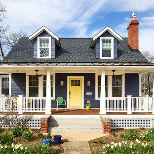 Идея дизайна: двухэтажный, синий частный загородный дом среднего размера в стиле современная классика с облицовкой из ЦСП, двускатной крышей и крышей из смешанных материалов