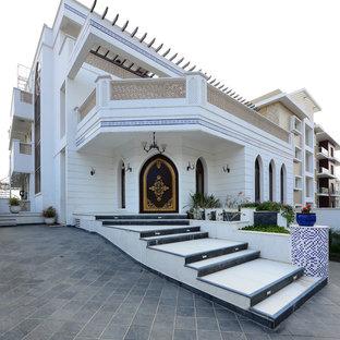 Cette image montre une très grand façade de maison blanche asiatique à deux étages et plus.