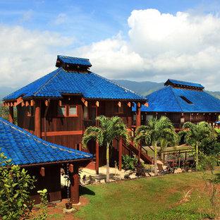 На фото: двухэтажный, деревянный дом в морском стиле с синей крышей с