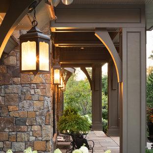 Inspiration för ett orientaliskt beige hus, med allt i ett plan och blandad fasad