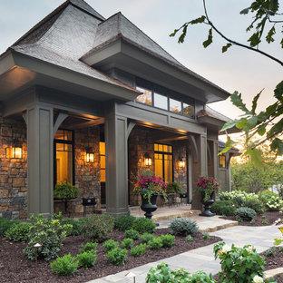 Свежая идея для дизайна: одноэтажный, бежевый дом в восточном стиле с комбинированной облицовкой - отличное фото интерьера