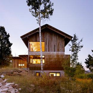 Diseño de fachada rural, de tamaño medio, de dos plantas, con revestimiento de madera y tejado a dos aguas