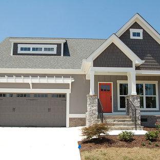 Inspiration pour une façade de maison grise craftsman de taille moyenne et de plain-pied avec un revêtement en panneau de béton fibré et un toit à deux pans.