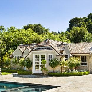 Неиссякаемый источник вдохновения для домашнего уюта: маленький, одноэтажный дом в классическом стиле