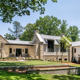 Diseño de fachada de casa multicolor, de estilo de casa de campo, con revestimientos combinados, tejado a dos aguas y tejado de metal
