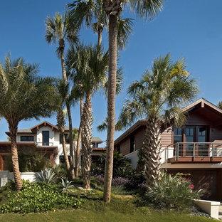 Modelo de fachada de casa multicolor, tropical, de dos plantas, con revestimientos combinados, tejado a dos aguas y tejado de teja de madera