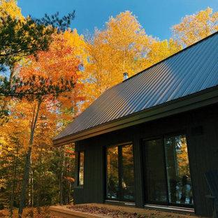 Пример оригинального дизайна: деревянный мини-дом в скандинавском стиле с металлической крышей