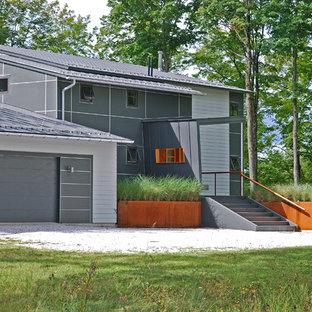 バーリントンのコンテンポラリースタイルのおしゃれな家の外観 (コンクリート繊維板サイディング、グレーの外壁、片流れ屋根) の写真