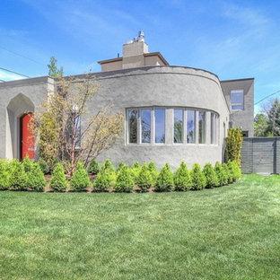 Imagen de fachada gris, ecléctica, de tamaño medio, de una planta, con revestimiento de hormigón y tejado plano