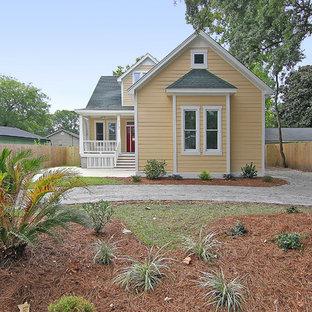 チャールストンの小さいトラディショナルスタイルのおしゃれな家の外観 (木材サイディング、黄色い外壁) の写真