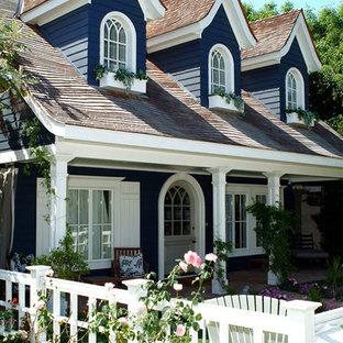 Стильный дизайн: двухэтажный, деревянный, синий дом среднего размера в стиле шебби-шик - последний тренд