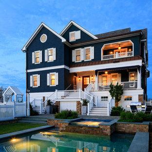 Diseño de fachada de casa azul, costera, de tres plantas, con tejado a dos aguas y tejado de teja de madera