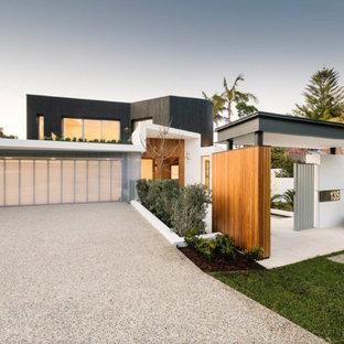 Zweistöckiges, Mehrfarbiges Modernes Einfamilienhaus mit Mix-Fassade und Flachdach in Miami