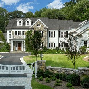 Idee per la facciata di una casa ampia bianca classica a due piani con rivestimento in vinile