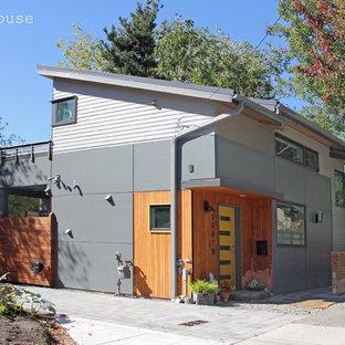 シアトルのコンテンポラリースタイルのおしゃれな家の外観 (コンクリート繊維板サイディング、グレーの外壁、片流れ屋根) の写真