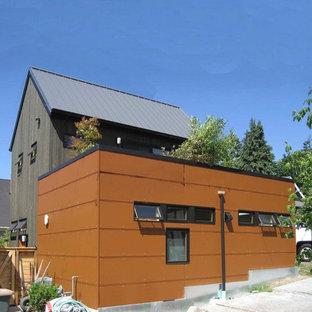 Ispirazione per la facciata di una casa unifamiliare piccola marrone contemporanea a due piani con rivestimento in metallo, copertura in metallo o lamiera e tetto piano