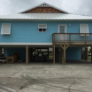 Diseño de fachada de casa pareada azul, marinera, grande, de una planta, con tejado a dos aguas y tejado de teja de madera