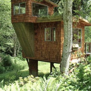 Esempio della facciata di una casa piccola rustica a due piani con rivestimento in legno