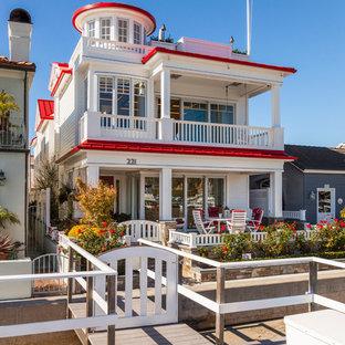 オレンジカウンティのビーチスタイルのおしゃれな家の外観 (赤い屋根) の写真