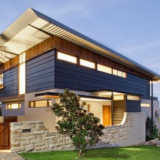 Idee per la facciata di una casa blu contemporanea a piani sfalsati con rivestimenti misti e tetto a una falda