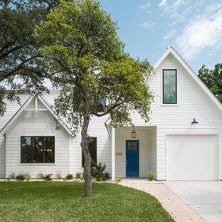 Idéer för att renovera ett mellanstort lantligt vitt hus, med två våningar, sadeltak och tak i metall