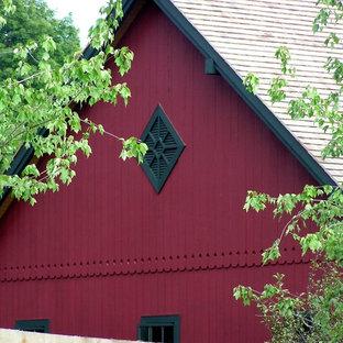 Foto på ett mellanstort vintage rött hus, med två våningar och sadeltak