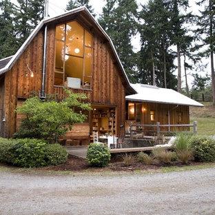 Modelo de fachada de casa marrón, rural, de tamaño medio, de dos plantas, con revestimiento de madera, tejado a doble faldón y tejado de metal