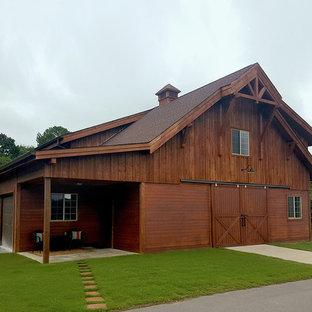 バーミングハムのカントリー風おしゃれな家の外観 (木材サイディング、茶色い外壁、アパート・マンション、板屋根、切妻屋根) の写真