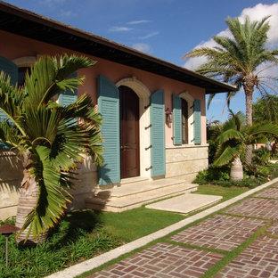 Immagine della facciata di una casa beige tropicale a un piano