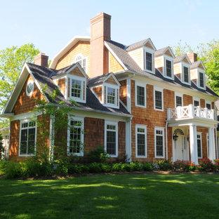 Cette image montre une façade de maison marron traditionnelle de taille moyenne et à deux étages et plus avec un toit de Gambrel et un toit en shingle.