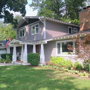 Großes, Zweistöckiges, Lilanes Uriges Haus mit Vinylfassade und Satteldach in Chicago