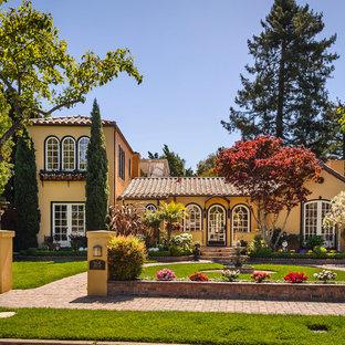 サンフランシスコの地中海スタイルのおしゃれな家の外観 (漆喰サイディング) の写真