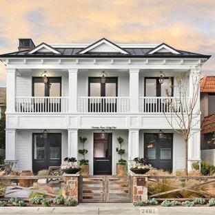 Ispirazione per la facciata di una casa bianca classica a due piani di medie dimensioni con rivestimento in legno