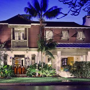 Diseño de fachada de casa multicolor, exótica, grande, de dos plantas, con revestimientos combinados, tejado a dos aguas y tejado de varios materiales