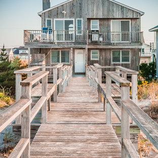 Foto de fachada costera, de tamaño medio, con revestimiento de madera y tejado de un solo tendido