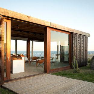 Foto della facciata di una casa piccola stile marinaro a un piano con tetto piano