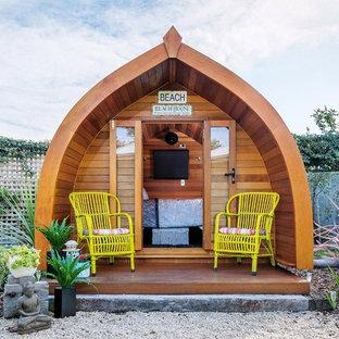 Идея дизайна: маленький, деревянный, одноэтажный мини дом в морском стиле