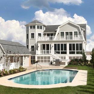 Diseño de fachada gris, costera, grande, de dos plantas, con revestimiento de vinilo y tejado a dos aguas