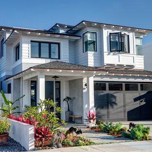 Zweistöckiges, Weißes, Großes Maritimes Haus mit Walmdach, Holzfassade und Schindeldach in Los Angeles