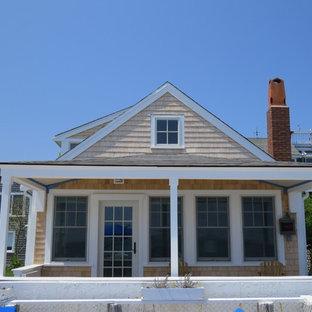 Ejemplo de fachada de casa marinera, de tamaño medio, de una planta, con tejado de un solo tendido y tejado de teja de madera