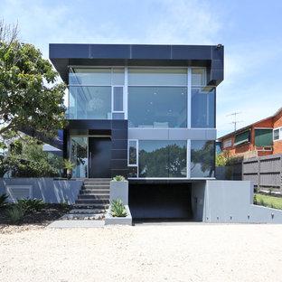 Immagine della facciata di una casa contemporanea con rivestimenti misti